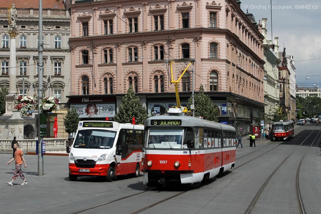 Fotogalerie » ČKD Tatra K2P 1097   SKD Stratos LF38 D 9B4 6977 7508   Brno   střed   náměstí Svobody