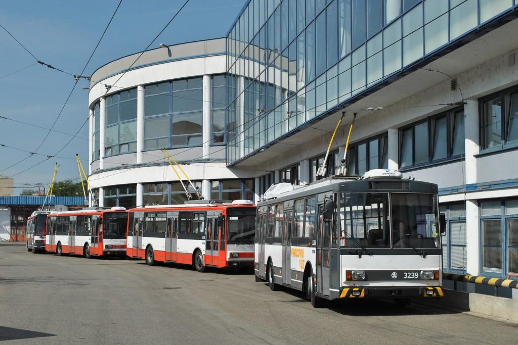Fotogalerie » Škoda 14Tr10/6 3239 | Škoda 14Tr17/6M 3276 | Škoda 14Tr17/6M 3275 | Brno | Komín | vozovna Komín