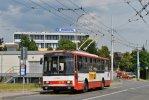 Trolejbus 14Tr 3214 pózuje v zastávce Přívrat před objektem nové měnírny