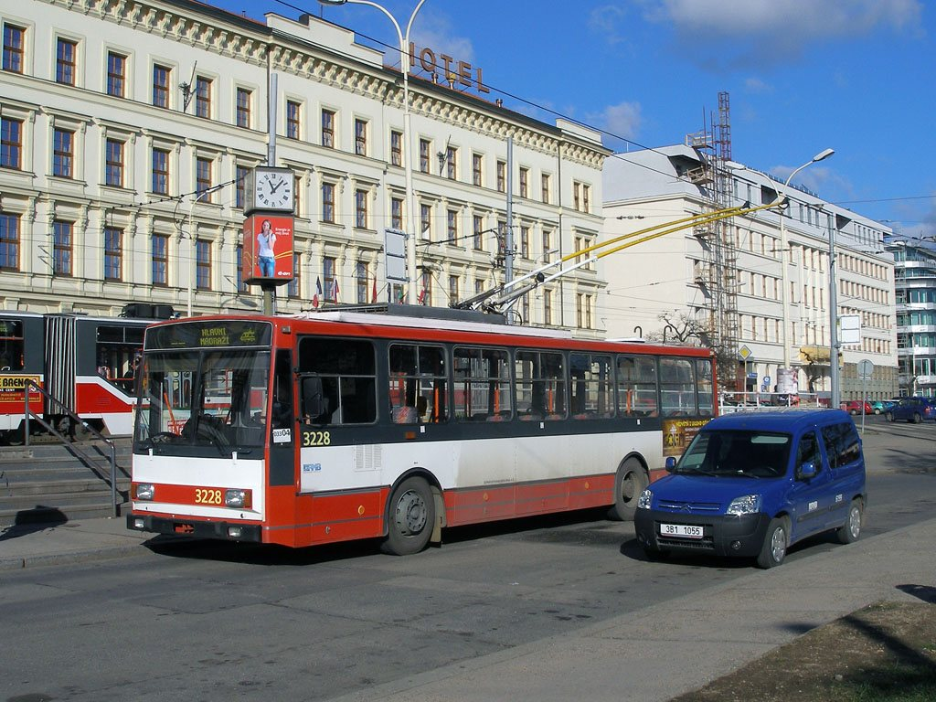 Fotogalerie » Škoda 14TrR 3228 | Citroën Citroën Berlingo 6199 | Brno | střed | Benešova | Hlavní nádraží