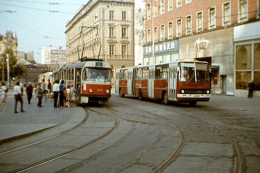 Fotogalerie » ČKD Tatra K2 1109 | Ikarus 280.08 2033 | Brno | střed | Malinovského náměstí | Malinovského náměstí