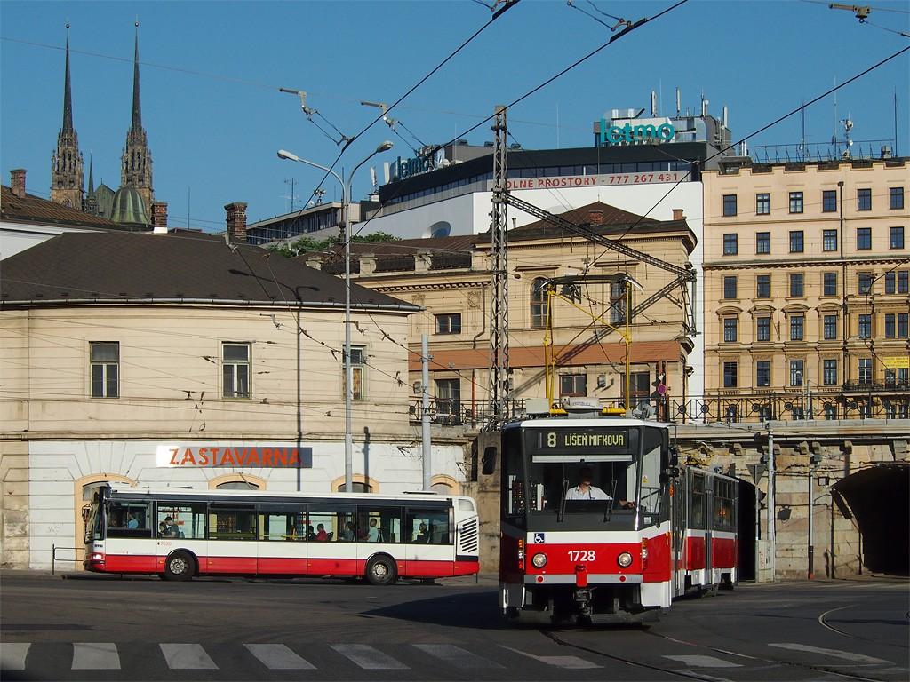 Fotogalerie » Irisbus Citybus 12M 2071.40 2B9 8005 7620 | ČKD Tatra KT8D5R.N2 1728 | Brno | střed | Křenová