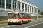 Historický trolejbus 14Tr u budovy komínské vozovny
