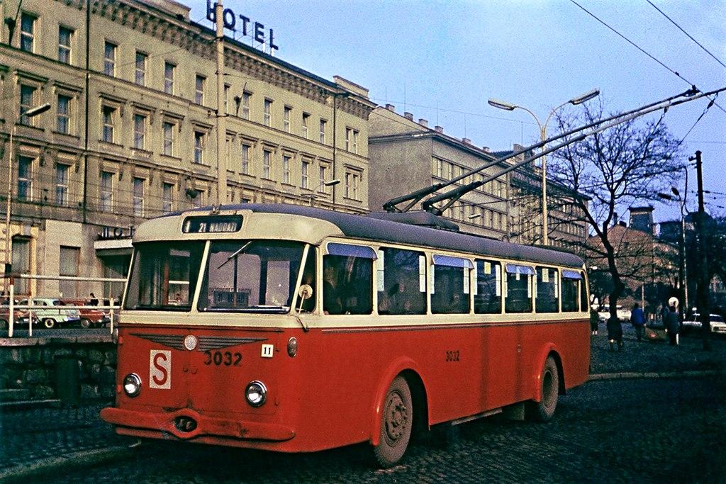 Fotogalerie » Škoda 8Tr3 3032   Brno   střed   Benešova   Hlavní nádraží, smyčka