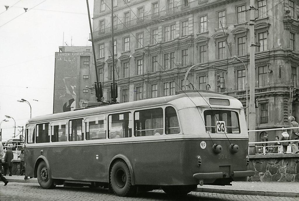 Fotogalerie » Škoda 8Tr9 3042   Brno   střed   Benešova   Hlavní nádraží, smyčka