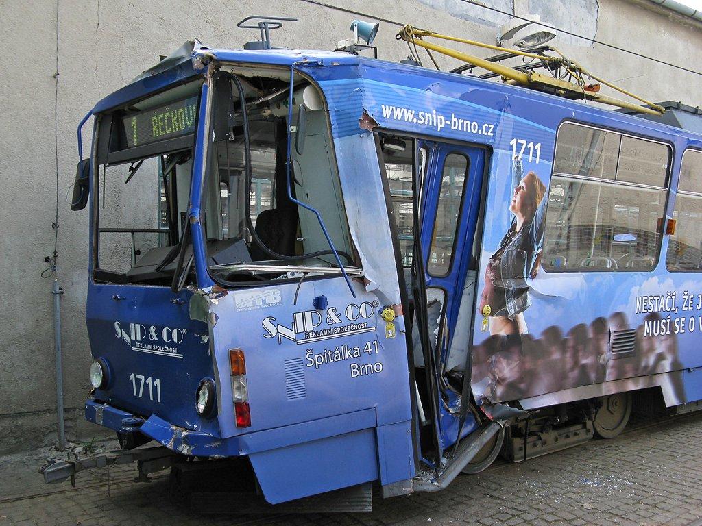 Fotogalerie » ČKD Tatra KT8D5 1711   Brno   vozovna Medlánky