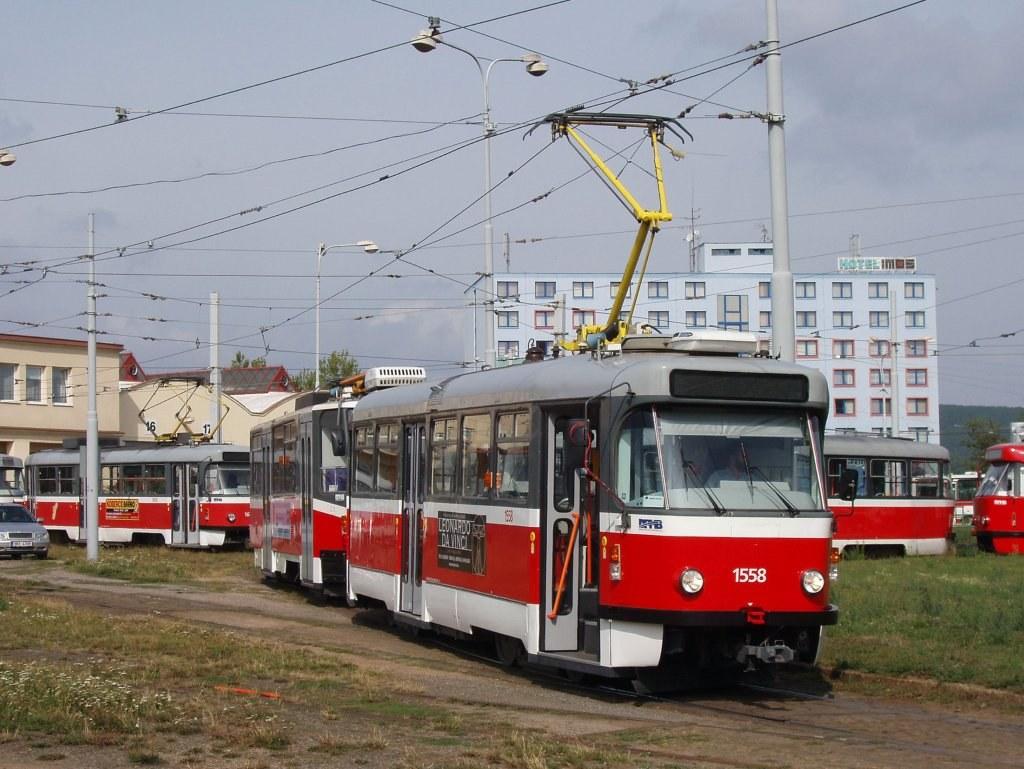 Fotogalerie » ČKD Tatra T3R.PV 1558 | ČKD Tatra KT8D5N 1730 | Brno | vozovna Medlánky