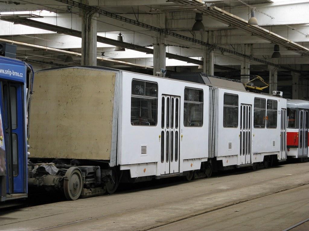 Fotogalerie » ČKD Tatra KT8D5SU 1724 | Brno | vozovna Medlánky