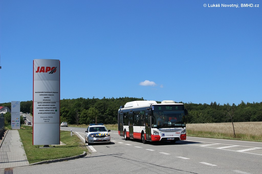 Fotogalerie » Iveco Urbanway 12M CNG 1BC 1570 7064 | Škoda Škoda Rapid 1.6 TDI 9B4 5381 6241 | Popůvky | Vintrovna | II/602