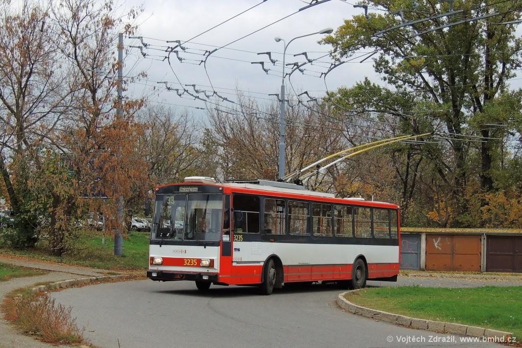 Fotogalerie » Škoda 14Tr10/6 3235 | Brno | Slatina | Mikulčická | Slatina sídliště, smyčka