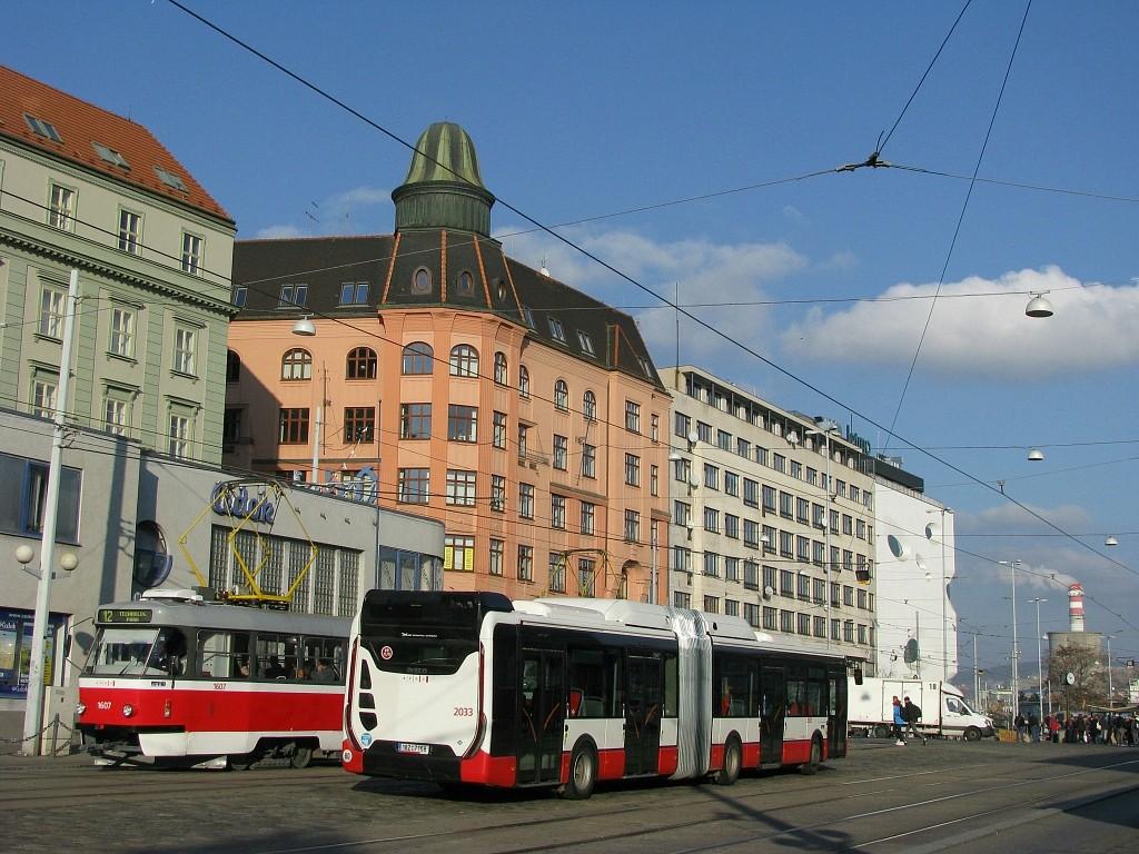 Fotogalerie » Iveco Urbanway 18M CNG 1BZ 7158 2033 | ČKD Tatra T3G 1607 | Brno | střed | Nádražní