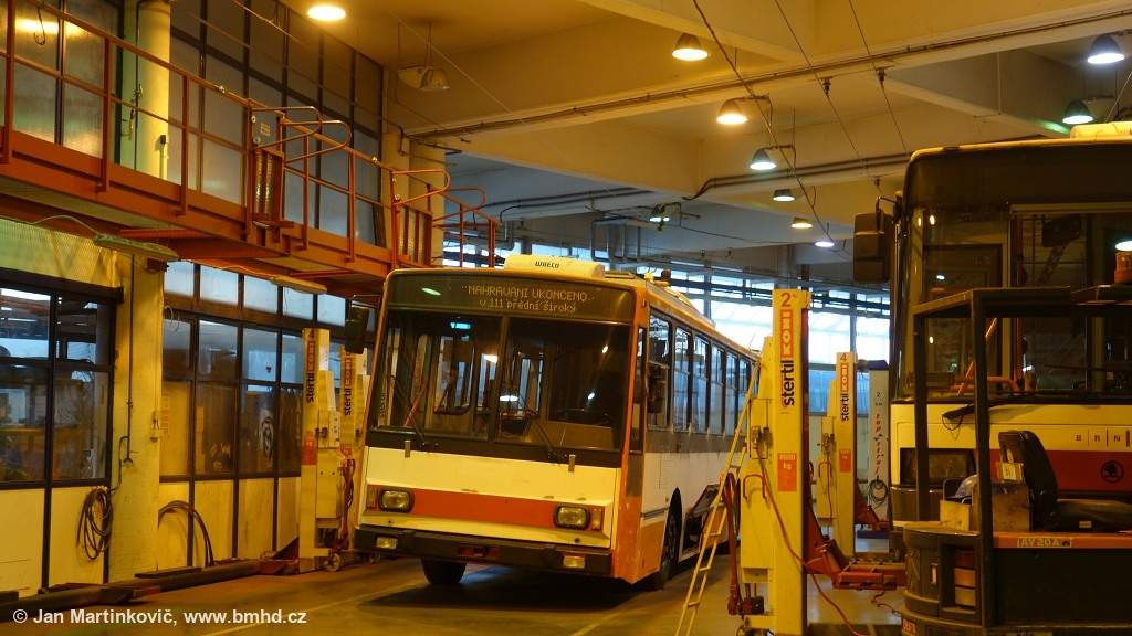 Fotogalerie » Škoda 14Tr14 3260 | Brno | Komín | Podveská | vozovna Komín