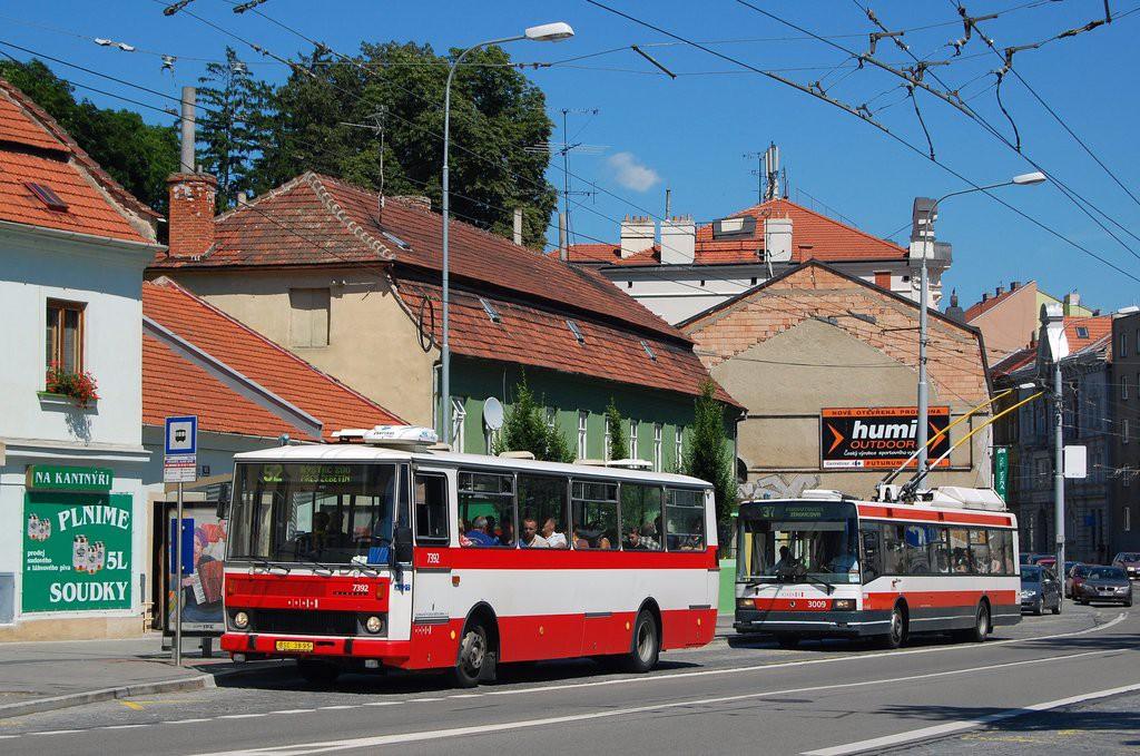 Fotogalerie » Karosa B732.1654.3 BSC 38-95 7392 | Škoda 21Tr 3009 | Brno | Pisárky | Hlinky | Výstaviště, hlavní vstup