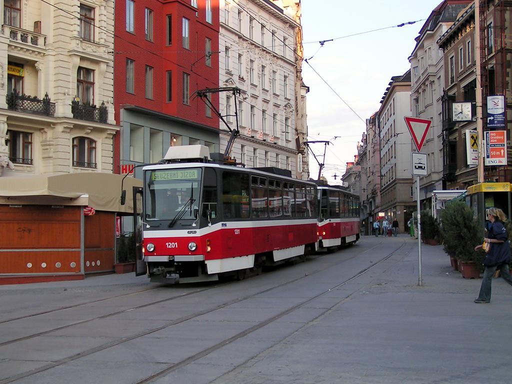 Fotogalerie » ČKD DS T6A5 1201   ČKD DS T6A5 1202   Brno   střed   náměstí Svobody