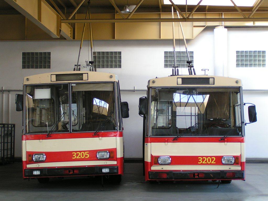 Fotogalerie » Škoda 14Tr08/6 3205 | Škoda 14Tr07 3202 | Brno | Komín | vozovna Komín