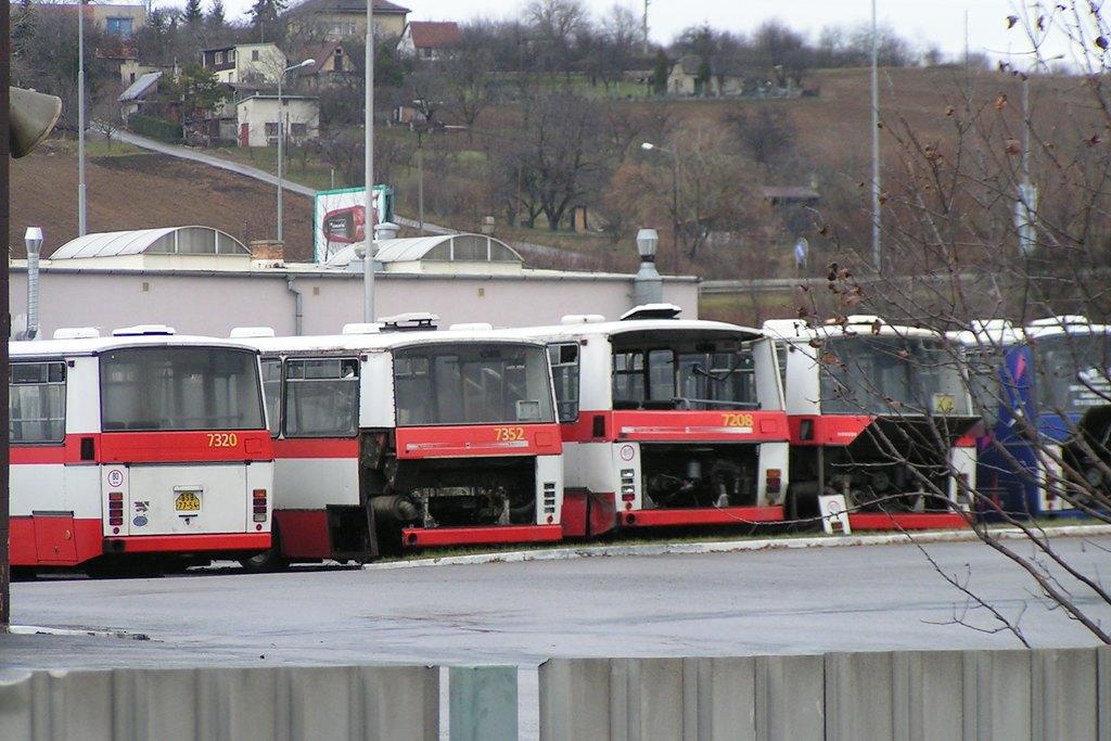 Fotogalerie » Karosa B732.1652 7320 | Karosa B732.1654 7352 | Karosa B732.20 7208 | Brno | Vozovna Slatina