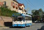 Trolejbus 17Tr na lince H24 projíždí ulicí Veslařskou